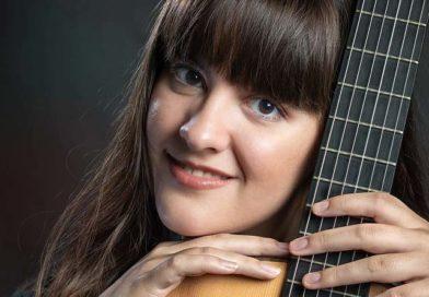 Paola Hermosín, una brillante guitarrista y compositora alcalareña